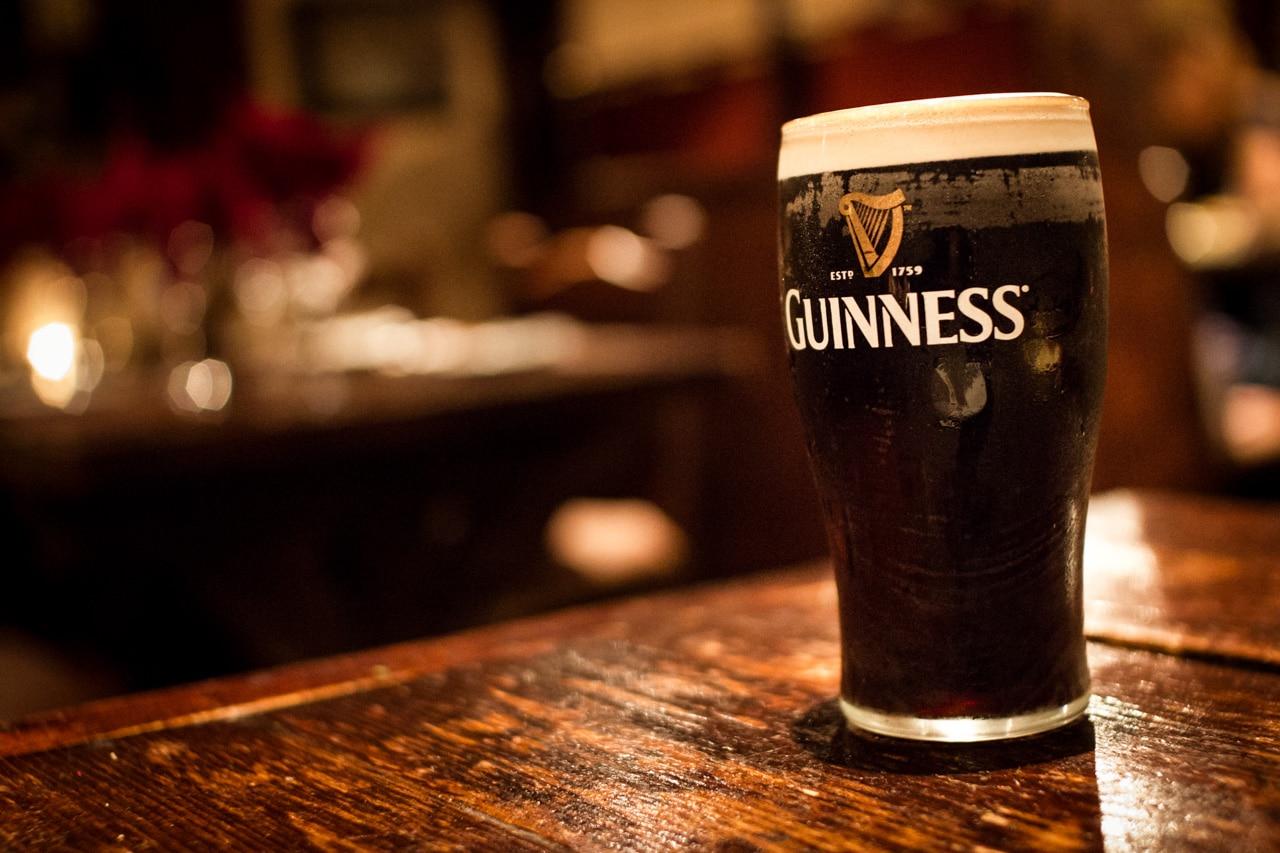 une pinte de guinness dans un irish pub